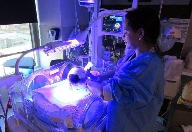 Enfermera neonatal y bebé